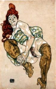 mujer-sentada-con-la-pierna-derecha-doblada
